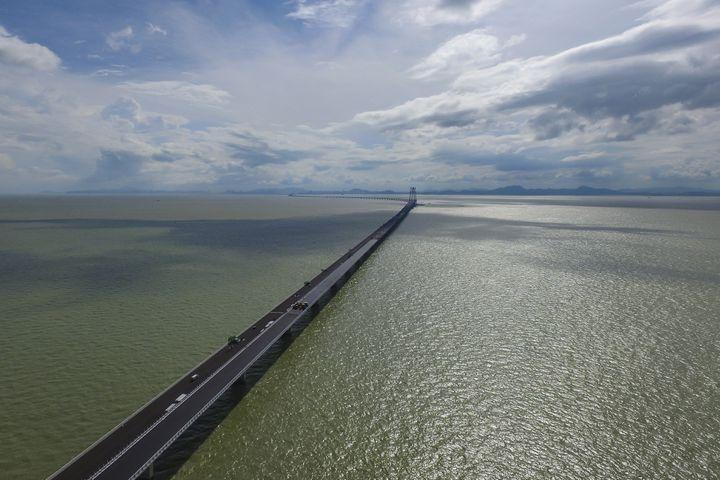 Le pont le plus long du monderelieHong Kong, Zhuhaiet Macao, le 11 octobre 2018. (CHEN JIMIN / IMAGINECHINA / AFP)