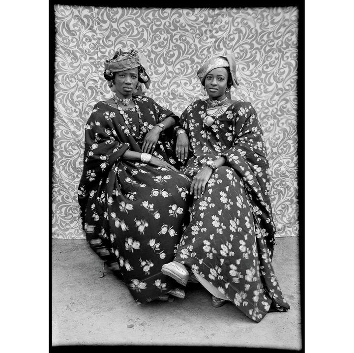 Seydou Keïta, Sans titre, 1956, tirage argentique moderne réalisé en 1995 sous la supervision de Seydou Keïta et signé par lui, Genève, Contemporary African Art Collection  (Seydou Keïta / SKPEAC / photo courtesy CAAC – The Pigozzi Collection, Genève)