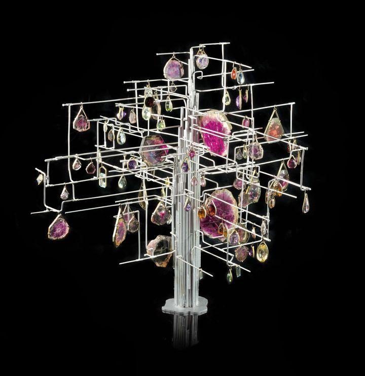Jean Vendômeest le premier joaillier à monter en bijou des minéraux naturels. Ses parures sont des œuvres, comme en témoigne son Arbre aux tourmalines qui livre une vision artistique de la nature, déclinant les nuances et transparences de tourmalines framboise et vertes que complètent des centaines de carats d'autres gemmes. (FARGES FRANCOIS MNHN PARIS)