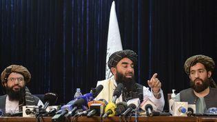 Le porte-parole des talibans, Zabihullah Mujahid, au centre, lors d'une conférence de presse à Kaboul (Afghanistan), le 17 août 2021. (HOSHANG HASHIMI / AFP)