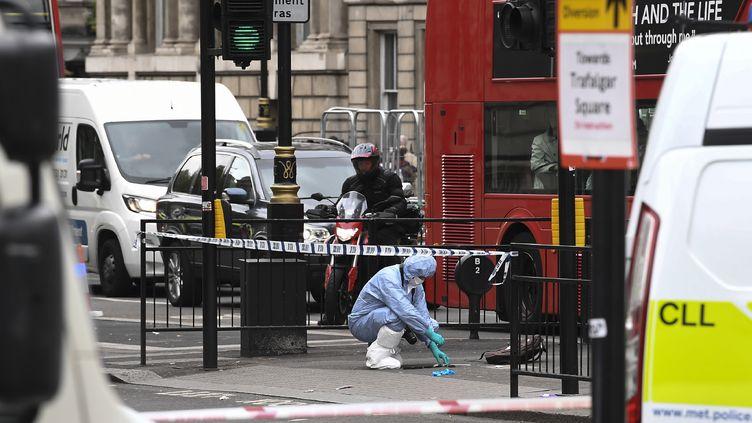 Les enquêteurs examinent l'endroit où un hommesuspecté d'avoir voulu commettre un attentat a été arrêté, le 27 avril 2017, à Londres (Royaume-Uni). (JUSTIN TALLIS / AFP)