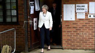 La Première ministre britannique, Theresa May, à la sortie d'un bureau de vote pour les élections législatives à Maidenhead, le 8 juin 2017. (KATE GREEN / ANADOLU AGENCY / AFP)
