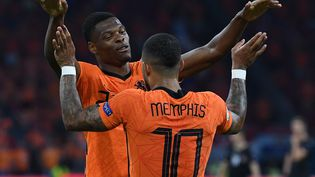 Denzel Dumfries et Memphis Depay célèbrent un but des Pays-Bas contre l'Autriche, le 17 juin 2021. (JOHN THYS / POOL / AFP)