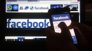 Facebook est sous le feu des critiques, accusé d'avoir divulgué les données personnelles de 50 millions d'utilisateurs. (NORBERTO DUARTE / AFP)