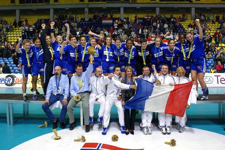 L'équipe de France féminine de handball championne du monde 2003 (ATTILA KISBENEDEK / AFP)