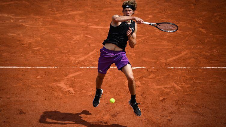 Alexander Zverev a dû s'appliquer pour ne laisser aucune manche à Roman Safiullin au 2e tour de Roland-Garros mercredi 2 juin. (CHRISTOPHE ARCHAMBAULT / AFP)