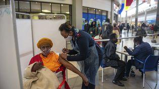 Une femme est vaccinée contre le Covid-19 avec le vaccinJohnson & Johnson, le 6 juillet 2021 àHammanskraal (Afrique du Sud). (ALET PRETORIUS / AP)