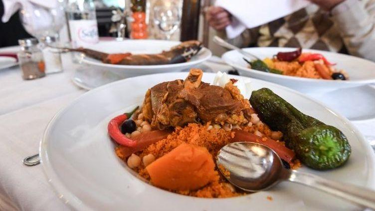 Plat de couscous présenté dans un restaurant tunisien. (FETHI BELAID / AFP)