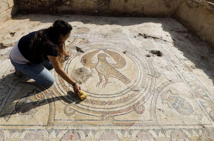 La mosaique au sol représentant un aigle de l'église byzantine de Beit Shemesh dévoilée le 23 octobre 2019. (MENAHEM KAHANA / AFP)