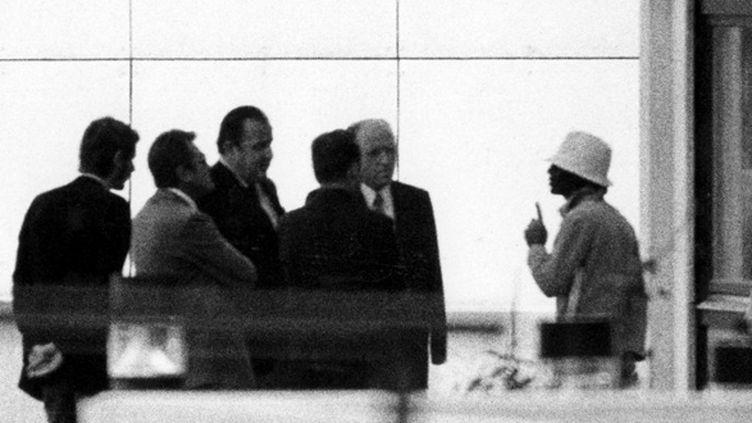 Un terroriste parle avec le Ministre de l'Intérieur allemand Hans-Dietrich Genscher (3e en partant de la gauche) au village olympique, le 5 septembre 1972. (DPA / DPA)