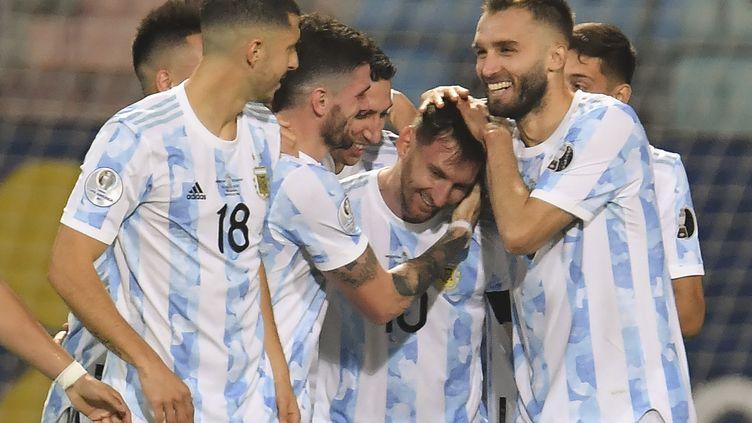 Lionel Messi célèbre son but face à l'Equateur avec ses coéquipiers argentins lors des quarts de finale de la Copa America, le 3 juillet 2021. (DOUGLAS MAGNO / AFP)