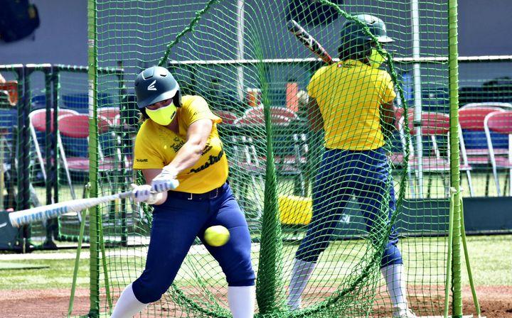 La squadra di softball femminile australiana partecipa a una sessione di allenamento a Ota, a nord-ovest di Tokyo, il 15 giugno 2021 (YASUNORI KUROHA/YOMIURI/AFP)