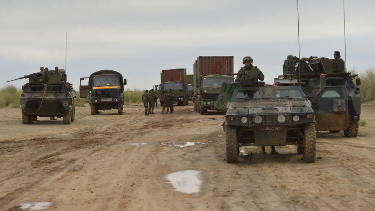 Des soldats français sur une route en direction de Tombouctou (Mali), le 28 janvier 2013. (ERIC FEFERBERG / AFP)