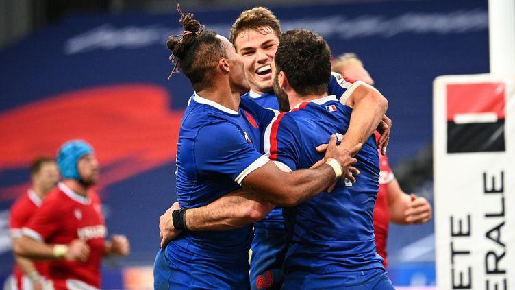 Les joueurs du XV de France félicitent Antoine Dupont après son essai inscrit face au Pays de Galles, samedi 24 octobre 2020 au stade de France. (ANNE-CHRISTINE POUJOULAT / AFP)