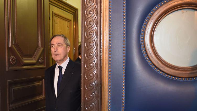 Claude Guéant arrive au tribunal correctionnel de Paris, le 28 septembre 2015. (ERIC FEFERBERG / AFP)