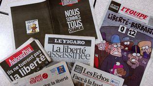 Les unes de la presse française en deuil après l'attentat contre Charlie Hebdo  (DAMIEN MEYER / AFP)