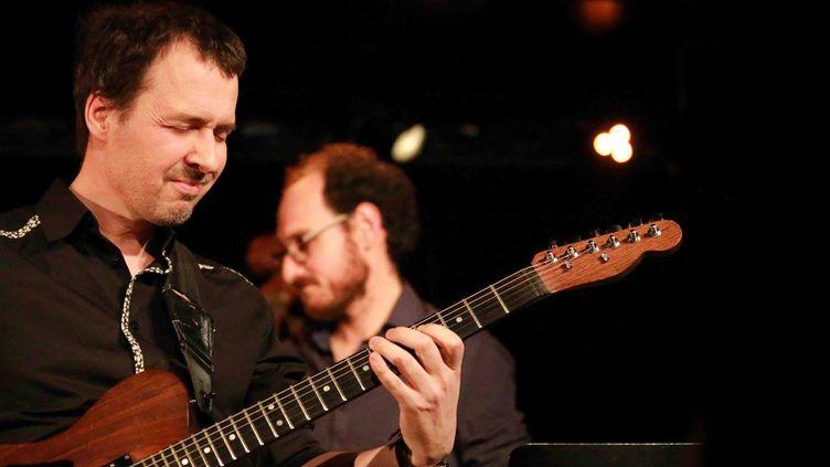 Frédéric Maurin à la guitare, à la tête d'un concert de Ping Machine au Triton, aux Lilas, le 24 mars 2016. Au second plan, le vibraphoniste Stephan Caracci.  (Catherine Ledrux)