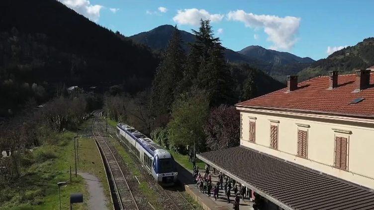 Le train qui relie Nice et Tende, dans les Alpes-Maritimes, est de retour après de longs mois d'absence, lundi 3 mai. (CAPTURE ECRAN FRANCE 2)