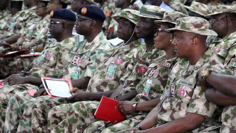 Des officiers de l'armée nigériane, le 28 novembre 2018, lors d'undiscours du président nigérian aux troupes placées en première ligne du conflit de Boko Haram. (AUDU MARTE / AFP)
