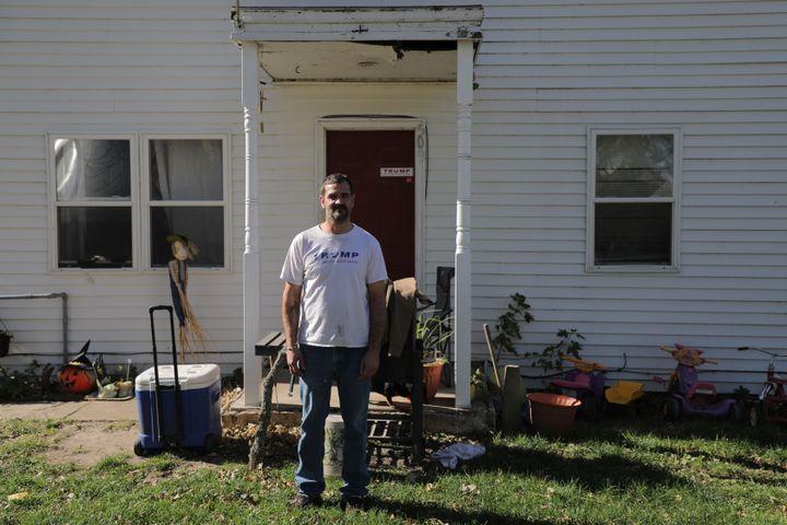 Steven Block, devant sa maison de Lakefield, dans le Minnesota (Etats-Unis), le 21 octobre 2018. (VALENTINE PASQUESOONE / FRANCEINFO)