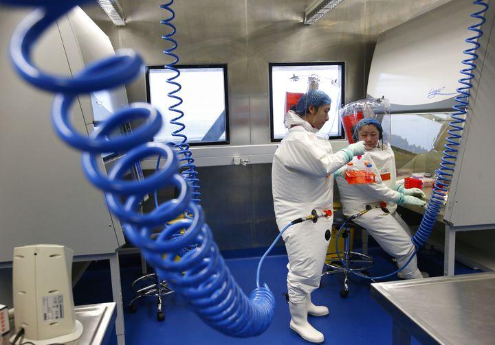 Des chercheurs du laboratoire P4 de Wuhan en Chine centrale. (YIN GANG / XINHUA)