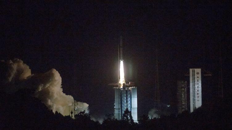 La fusée Longue Marche-4C, lancée depuis la base de lancement de Xichang (sud-ouest). (CAI YANG / XINHUA)