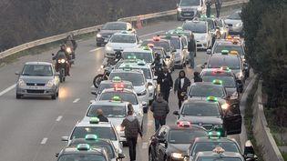 Des chauffeurs de taxis bloquentle périphérique de Marseille (Bouches-du-Rhône) pour manifester contre la concurrence des VTC, le 26 janvier 2016. (BORIS HORVAT / AFP)