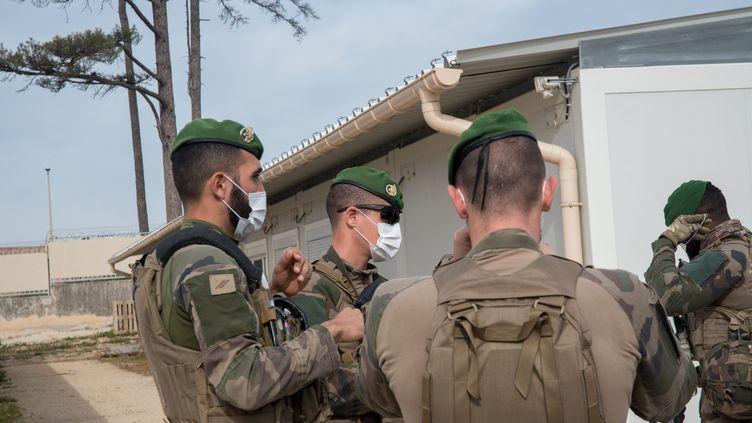 Une patrouille de légionnaires à Marseille, en avril 2020. (GILLES BADER / MAXPPP)