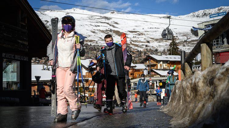 Des skieurs dans la station de Verbier en Suisse, le 22 décembre 2020. (FABRICE COFFRINI / AFP)