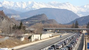 Des embouteillages sur l'A51, le 11 février 2017, avant le péage de La Saulce (Hautes-Alpes). (MAXPPP)