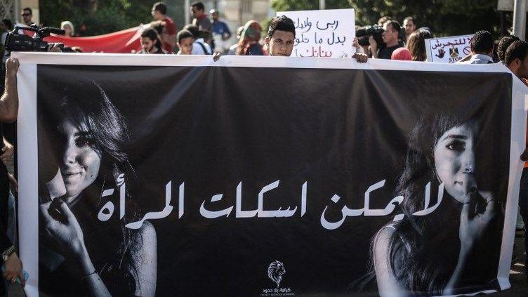 """""""Il est impossible de faire taire la femme"""" affirme en arabe cette banderole brandie lors d'une campagne contre le harcèlement sexuel au Caire, en juin 2014. (AHMED ISMAIL / ANADOLU AGENCY)"""