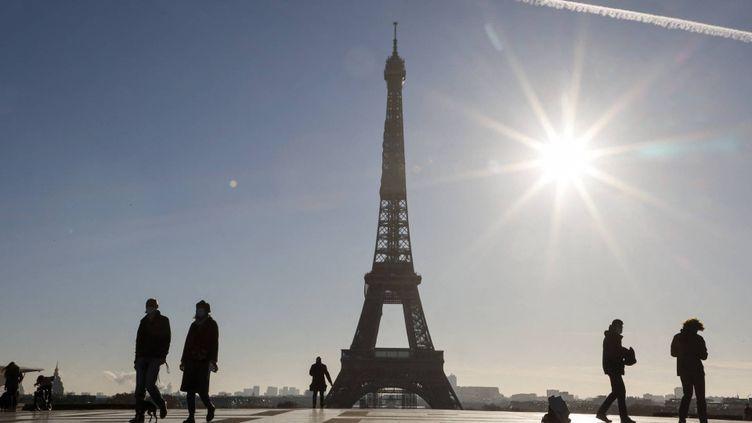 Vue de la Tour Eiffel, le 19 novembre 2020. (LUDOVIC MARIN / AFP)
