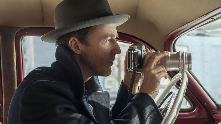 """Edward Norton devant et derrière la caméra de """"Brooklyn Affaires"""" (GLEN WILSON / Copyright Warner Bros. France)"""