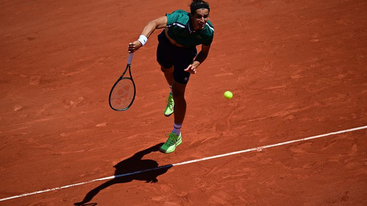 Le joueur français Pierre-Hugues Herbert lors de son match du 1er tour à Roland-Garros contre l'Italien Jannik Sinner, lundi 31 mai. (MARTIN BUREAU / AFP)