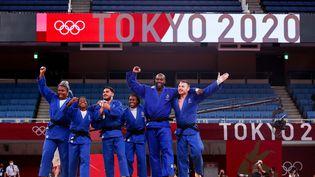 L'équipe de France de judo, sacrée par équipes aux Jeux olympiques de Tokyo. (DIMITRIS ISEVIDIS / ANADOLU AGENCY)
