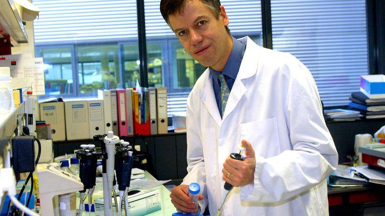 Legénéticien et endocrinologue Philippe Froguel au CHRU de Lille, le 4 novembre 2003. (PHILIPPE HUGUEN / AFP)