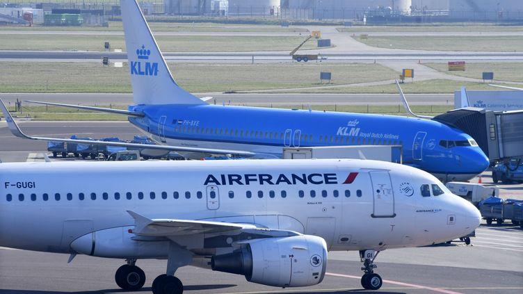 Un avion Air France et un avion KLM sur le tarmac de l'aéroport d'Amsterdam. (Photo d'illustration) (HOLLANDSE HOOGTE / PETER / SIPA)