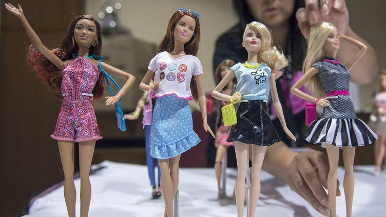 Des Barbie présentées à une convention de collectionneurs de la poupée blonde, à Arlington (Etats-Unis), le 30 juillet 2015. (PAUL J. RICHARDS / AFP)