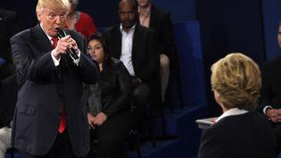 Donald Trump et Hillary Clinton lors du 2e débat télévisé le 9 octobre 2016, un mois avant la présidentielle. (SAUL LOEB / POOL)