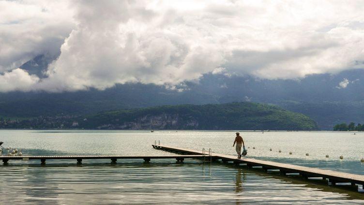 Des orages au-dessus du lac d'Annecy (Haute-Savoie), le 6 juin 2018. (MAXPPP)