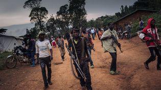 Des miliciens de la communauté Lendu protègent, le 19 septembre 2020, une réunion de leurs leaders dans le village de Wadda dans la province d'Ituri en République démocratique du Congo. (ALEXIS HUGUET / AFP)