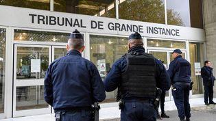 Des policiers devant le tribunal de grande instance d'Evry (Essonne), le 15 octobre 2019. (BERTRAND GUAY / AFP)