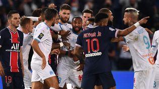 Une bagarre oppose des joueurs de l'OM et du PSG, le 13 septembre 2020, au Parc des princes, à Paris. (FRANCK FIFE / AFP)