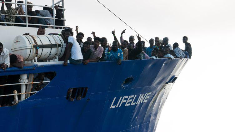 """Des migrants à bord du """"Lifeline"""" sur une photo fournie par l'ONG allemande le 22 juin 2018. (HERMINE POSCHMANN / MISSION LIFELINE / AFP)"""