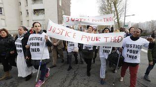 Une manifestation en soutien à Théo, le 6 février 2017, dans la citée des 3000 à Aulnay-sous-Bois (Seine-Saint-Denis). (FRANCOIS GUILLOT / AFP)