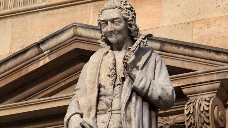 Statue de Voltaire (1694-1778), par Antoine Desboeufs, Cour Napoléon, au Louvre, à Paris  (Manuel Cohen)