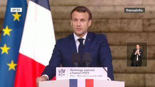 Emmanuel Macron rend hommage à l'enseignantassassiné par un terroriste, Samuel Paty, à la Sorbonne, à Paris, le 21 octobre 2020. (FRANCEINFO)