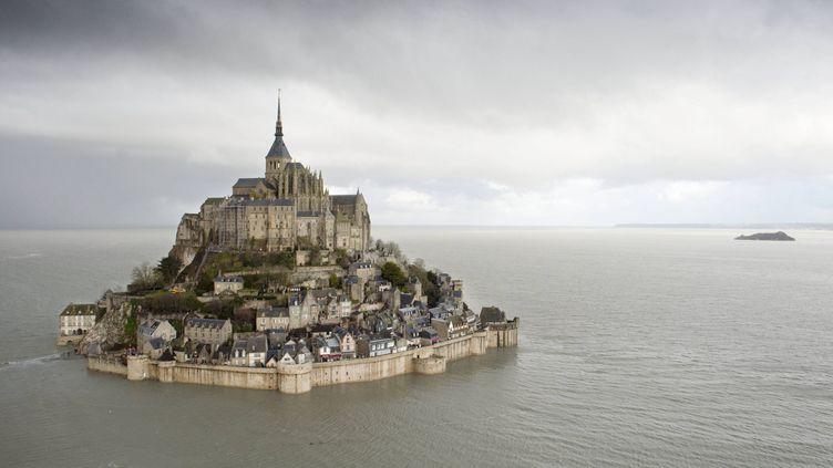 """Comme le 21 février 2015, le Mont-Saint-Michel (Manche) va redevenir une île lors de la """"marée du siècle"""". (MAXPPP)"""