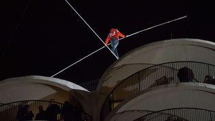 Le funambule américain Nik Wallenda marchant sur un câble tendu entre deux buildings, à 180 mètres du sol, à Chcago (Etats-Unis), le 2 novembre 2014. (BRIAN KERSEY / NEWSCOM / SIPA)