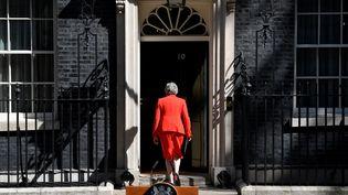 Theresa May franchit la porte du 10, Downing Street, résidence des Premiers ministres britanniques à Londres, après avoir annoncé sa démission prochaine, le 24 mai 2019. (TOBY MELVILLE / REUTERS)